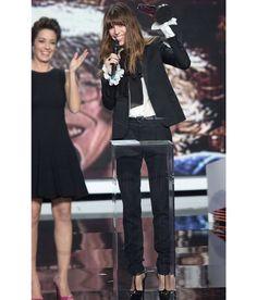 En juillet dernier, Hedi Slimane, directeur artistique de la maison Saint Laurent depuis mars 2012, annonçait la création d'un Salon Couture et des Ateliers 'Flou' et 'Tailleur'. Déployés sur trois étages dans l'Hôtel Sénecterre au cœur de Saint-Germain-des-Près, ces pièces numérotées portant la griffe historique 'Yves Saint Laurent' sont destinées uniquement à la conception de créations sur-mesure des proches de la Maison, hommes et femmes. A l'occasion de cet ancrage haute couture côté…