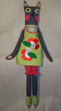 Кошка Соня выполнена из шерстяной ткани, одета в гипюровые панталоны и льняной передник с аппликацией. Мордочка – фетр и мулине. Обувь расшита пайетками. Высота 60 см.