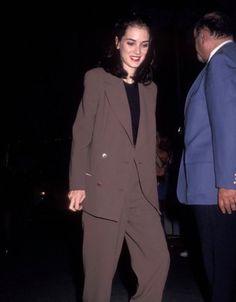 20 Winona Ryder Outfits We Would Totally Wear Today Winona Ryder Style, Winona Ryder 90s, Johnny And Winona, Johnny Depp, Grunge Outfits, Outfits Casual, Fall Outfits, 90s Fashion, Vintage Fashion