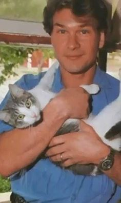 Patrick Swayze and his cat. Patrick Swayze and his cat. Animal Gato, Amor Animal, Crazy Cat Lady, Crazy Cats, I Love Cats, Cool Cats, Celebrities With Cats, Men With Cats, Patrick Swayze