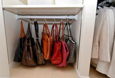 압축봉에 약간의 아이디어만 더하면 수납하는데 정말 편리하게 도움을 받을수 있습니다. 이제 죽은 공간활용을 통해 수납 공간을 늘리고 집을 더욱 깔끔하게 만들어 보세요 너무나 편리한 압축봉 수납 아이디어 Bedroom Closet Storage, Dressing Room Closet, Diy Storage, Closet Organization, House Chores, Handbag Storage, Wardrobe Rack, Interior Inspiration, Diy Design