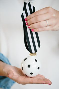 Handmade Mood | Black and White Ornaments a la Kate Spade | http://handmademood.com