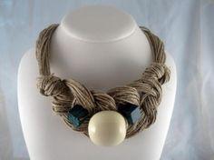 Collar lino natural nudos trenza esfera de resina ocre turquesas verde diseño hecho a mano
