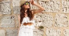 Un look de aire ibicenco con vestido blanco y complementos marrones