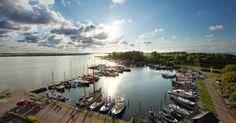 Het Lauwersmeer ontstond in 1969 door de afsluiting van de Lauwerzee en is bij uitstek geschikt om met de fiets te verkennen.