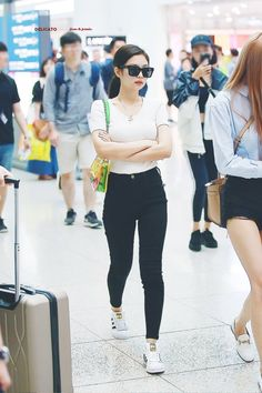 BLACKPINK's Jennie is a gorgeous queen with the best fashion taste! Here are times she proved that she's the queen of proportions in simple jeans! Blackpink Fashion, Korea Fashion, Asian Fashion, Fashion Outfits, Airport Fashion, Blackpink Jennie, Kpop Outfits, Korean Outfits, School Outfits