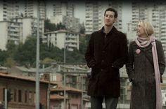 POR CASUALIDAD (SLUČAJNO)  Tanja Golić • Drama • Croacia • 2013 • 41 min // Una expareja se encuentra en un café y rememora el tiempo que pasaron juntos. Hablan de los malentendidos, de los celos, del amor, del odio y de la huida.