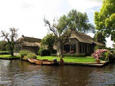twee boerderijtjes aan het water te Dwarsgracht
