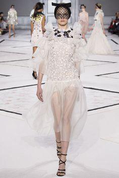 http://www.vogue.fr/mariage/tendances/diaporama/les-robes-de-marie-de-la-haute-couture-printemps-t-2015/18869/carrousel#giambattista-valli