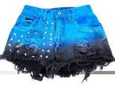short colorido azul claro e preto com tachinhas