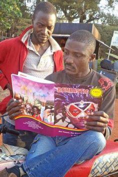 Una revista LGTBI se enfrenta a la homofobia en Uganda Un mes después del lanzamiento de la primera revista contra la homofobia en Uganda, su directora explica a eldiario.es las reacciones que está generando en la sociedad. Hace cuatro años fue asesinado David Kato, un conocido activista LGTBI, tres meses después de que su foto apareciese en una revista sensacionalista. Maribel Hernández | El Diario, 2015-02-09 http://www.eldiario.es/desalambre/Uganda-homofobia-LGBT_0_354514839.html