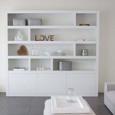 Boekenwand met mooie vierkante hokjes en dichte kasten | Bookcases ...