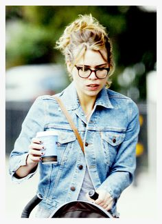 Billie Piper - Denim jacket, gray tee, hair pulled back. Simple and quick, yet she looks so beautiful.