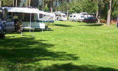 Hornnes Camping ligt in het kleine plaatsje Hornnes even ten zuiden van Evje, wat goed per fiets te bereiken is. De camping ligt grotendeels aan het water dat uitstekend geschikt is voor zwem- en kano plezier. De voorzieningen zijn uitstekend en in 2013 is er een prachtig nieuw sanitairgebouw opgetrokken. Perfect voor rustzoekers. Hier kun je nog echt kamperen zowel op het open gras als in het bos, Het Setesdal Mineraalpark ligt op loopafstand en is vanaf de camping aan de overzijde van het…