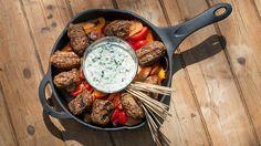 Une recette de travers de boulettes d'agneau style moyen-oriental, sauce yogourt salade de poivrons et tomates, présentée sur recettes.zeste.tv et sur Zeste. #meat #worldfood
