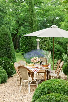 The Dordogne Region At a restored country farmhouse in the southwest region of France, pea gravel defines an inviting spot for alfresco meals on the terrace, which is surrounded by boxwood, lavender, and cypress. INSPIRATION: breakfast in the park. Country Patio, Country Cottage Garden, Farmhouse Garden, Country Landscaping, Backyard Landscaping, French Country Gardens, French Farmhouse, Country Farmhouse, Pea Gravel Garden