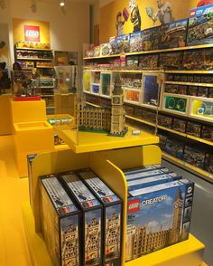 Not only #fashion industry should take care of #window and #display. Here a great example of #visualmerchandising for a non fashion store. Well played @lego