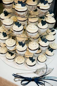 Vintage white and black wedding cake tower ideas Navy Cupcakes, Heart Cupcakes, Wedding Cakes With Cupcakes, Party Cakes, Wedding Shower Cupcakes, Black Wedding Cakes, Wedding Cake Rustic, Wedding Navy, Navy Blue Weddings