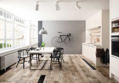 Med en lysegrå farve på væggen, kan du bryde de hvide vægge på en meget neutral måde, og samtidig understøtte enafslappende og beroligende stemning.Den grå farve passer rigtig godt ind i mange da...