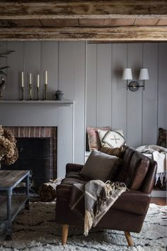 Déco rustique moderne - Hudson Valley Home par Jersey Ice Cream Co Chatham House, Living Room Decor, Living Spaces, Gravity Home, Family Room Design, Family Rooms, Wood Beams, Wood Paneling, Wall Panelling