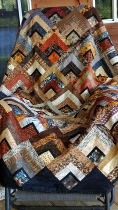 Blocks start with black or white square then strips- last row matches beginning square (qayg) Strange log cabin like it Potential baby quilt — scrappy log cabin with thin borders. Patchwork Quilt Patterns, Batik Quilts, Lap Quilts, Scrappy Quilts, Patch Quilt, Quilt Blocks, African Quilts, Neutral Quilt, Geometric Quilt