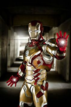Character: Iron Man Mark 42 (Tony Stark) / From: MARVEL Studios 'Iron Man 3' / Cosplayer: Gerhard Tenerife / Photo: Francis Nieves Photography