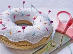 Are you loving the trend of all things donuts with sprinkles? Our love for donuts have moved past the actual donuts that you eat, and have made it into everything else. Some are even forgoing birthday cakes for a tower of donuts. Cute Crafts, Felt Crafts, Fabric Crafts, Sewing Crafts, Diy And Crafts, Sewing Projects, Love Sewing, Hand Sewing, Diy Donuts