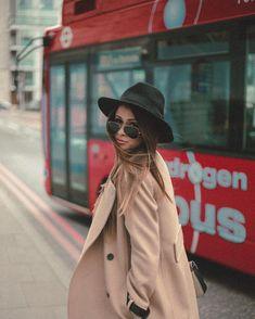 Ir a Londres e não tira ruma foto de fundo com o onibus, nao tem como. O trench coat é da Mango e o chapéu fedora da Forever 21. Instagram: @viihrocha
