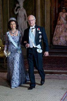 Kuningaspari edusti tyylikkäästi sävy sävyyn tilaisuudessa.