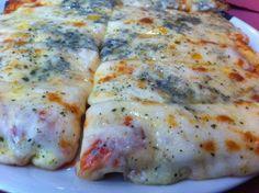 Para 4 pizzas  Harina Común 1 kg sal 1 cucharada Levadura seca en polvo (no polvo de hornear 1 sobre Agua tibia cantidad necesaria Aceite 3 cucharadas 1 Lata de pure de tomate 200 gramos de queso para pizza o muzarela 100 gramos de queso fontina 100 gramos de queso roquefort 100 gramos