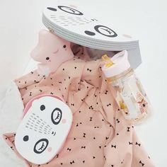 Welcome baby gift box!  🎁🎁🎁 Baby blanket Tiny Toes • Star nightlight • Lunchbox • Drinking bottle • Panda paper suitcase   #tinytoesgr #welcomebox  #babyblanket #babylunchbox  #nightlight Baby Lunch Box, Baby Gift Box, Baby Gifts, Star Night Light, Welcome Baby, Panda, Teddy Bear, Lovers, Blanket