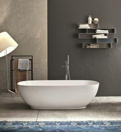 baignoire-ilôt-design-contemporaine-surplombée-étagères-murales