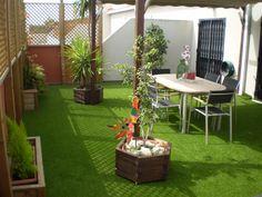 El césped artificial se puede instalar perfectamente en espacios interiores, áticos, terrazas, etc. Es limpio y muy resistente