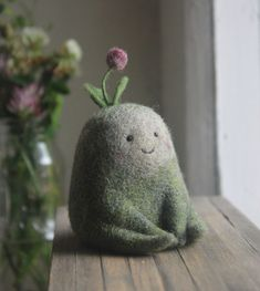Moscow-based artist Nastasya Shuljak has grown up in nature, enjoying the natural world around her. Now, she's creating miniature wool sculptures of small animals and other cute creatures, and her rich childhood is really visible in her works. Wet Felting, Needle Felting, Colossal Art, Felt Animals, Small Animals, Designer Toys, Cute Creatures, Felt Toys, Felt Art