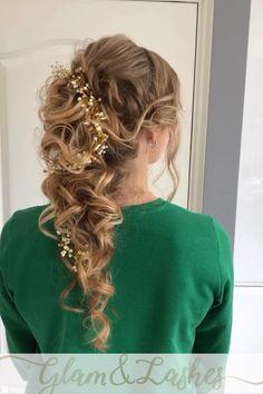 Prachtig bruidskapsel voor lang haar is dit halfopgestoken #bohemian  #bruidskapsel   Ga kij binnenkort trouwen? Kijk dan eens op mijm website voor de bruidsarrangementen die ik aanbied (#bruidskapsel #bruidsmakeup) Hairdo Wedding, Long Hair Wedding Styles, Wedding Hair And Makeup, Bridal Hair, Hairdos For Curly Hair, Braided Hairstyles For Wedding, Curly Hair Styles, Curly Braids, Quince Hairstyles