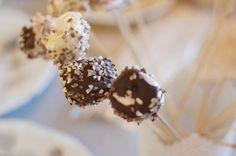 Helpot kakkutikkarit: kasta vaahtokarkkeja suklaaseen // Easy cake pops: dip marshmellows into chocolate  http://littleworldbyselma.blogspot.fi/2014/12/day-18-diy-helpot-suklaa-tikkarit.html