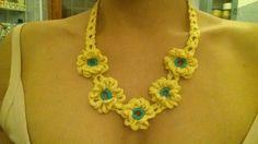 Collana floreale realizzata all'uncinetto in giallo e turchese. Si abbina perfettamente ai colori dell'estate e ad ogni tipo di abbigliamento.