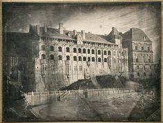 Château de Blois, facade overlooking the square of the church of the Jesuits. 1843. Daguerreotype.