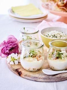 """Libelle-chef Ilse: """"Liever veggie? Deze eitjes zijn ook lekker met wat verkruimelde feta in plaats van garnalen."""" Feta, Panna Cotta, Brunch, Ethnic Recipes, Dulce De Leche"""