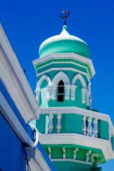 World's 10 most colorful cities - Bo Kaap, Cape Town, South Africa Islamic Architecture, Amazing Architecture, Art And Architecture, Porto Rico, Les Continents, Beautiful Mosques, Cape Town South Africa, Place Of Worship, Africa Travel