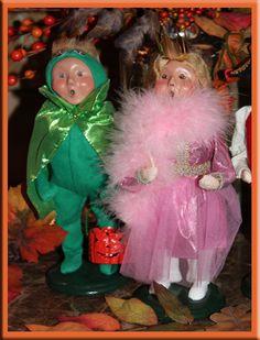 JBigg's Little Pieces: Halloween Carolers  http://jbiggslittlepieces.blogspot.com/2012/10/halloween-carolers.html