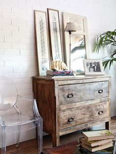 Una casa Chic & Cheap. Los muebles envejecidos dan calidez a cualquier ambiente, en un salón, una zona de paso o una habitación.
