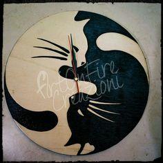 Orologio in legno gatti inciso a fuoco, by Artonfire Creazioni, 40,00 € su misshobby.com Cat Clock, Wooden Clock, Pyrography, Clocks, Clay, Tattoo, Ideas, Letters, Manualidades