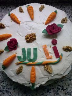 tarta de zanahorias con nueces y flores en fondant
