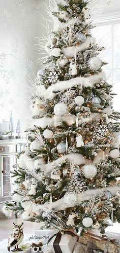 44 Fabulous White Christmas Tree Decor Ideas trending #decoration #44 #fabulous #white #christmas #tree #decor #ideas