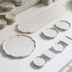 うつわクウ 芦屋/作家ものの器のSHOP&ギャラリーさんはInstagramを利用しています:「鎬(しのぎ)の平らなお皿、いろいろ。ちょんとのせるだけで、なんでも絵になります、たぶん。 . 黒木泰等 白釉鎬 輪花丸皿・木瓜長皿・六角豆皿・丸豆皿・角豆皿 . 黒木泰等展 ただいま開催中 出品作一覧はWebへ/通販してます . #黒木泰等 #白釉 #花皿 #輪花皿 #長皿…」 Ceramic Tableware, Ceramic Planters, Ceramic Clay, Ceramic Bowls, Slab Pottery, Pottery Art, Keramik Design, Clay Studio, Kitsch