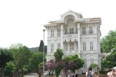 BÜYÜKADA AGOPYAN KÖSKÜ  Agopyan Köşkü; İstanbul Adalar ilçesi Büyükada Nizam Çankaya Caddesinde 1900 başlarında Marten Agopyan tarafından inşa ettirilmiştir. Ankara Palas gibi Ankara'nın en önemli Lokantasını işleten Marten Agopyan İstiklal Caddesi'nde şu anda bulunmayan Beler Oteli'ninde işletmecisiydi. Bugün Eminönü Bahçekapı'da bulunan Agopyan Han 'da onun mülküydü. Büyükada Agopyan Köşkü 1918 tarihlerinde otele çevrilmiş Windsor Castle, Turkey Travel, Istanbul Turkey, Traditional House, Nice View, Cool Photos, Island, Architecture, House Styles