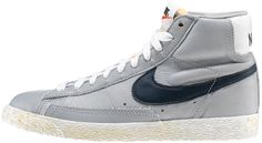 Sneaker di ispirazione basket, le Nike Blazer Mid Vintage sono un classico Nike totalmente rinnovato in stile vintage! Tomaia in pelle con logo in pelle su entrambi i lati. Lettering sul retro. Suola in gomma vulcanizzata.    Prezzo: 100,00€    SHOP ONLINE:  WOMAN http://www.aw-lab.com/shop/new-now/nike-blazer-mid-leather-vintage-5042514    MAN http://www.aw-lab.com/shop/new-now/nike-blazer-mid-leather-vintage-8042514