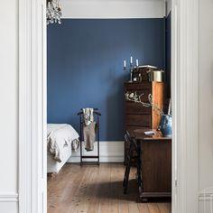Väggfärgen! #blå #väggfärg #stpaulsblue #inredning #interiör #målaom #sovrum . Bild från lägenhet som ligger ute just nu hos #fantasticfrank