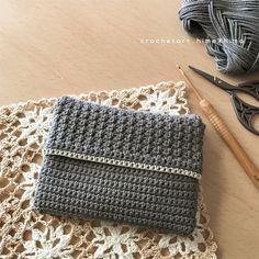 こんにちは。 雪の結晶モチーフと#100ドイリーの9枚目の後は、ポケットティッシュケースを編んでいました。 完成したのがこれ↓↓↓ 模様とか形をいろいろと考えてたのだけど、時間がかかりすぎてしまうので…シンプルな細編みと中長編みで模様を作りましたよ。 こんな感じで↓ 表側の半分が模様になるように…ほぼ細編みで。 ↑この段階で一度アイロンを当てて編み目と形を整えてます。 そして、中表にして両サイドを細編みで編み綴じて、ひっくり返しました。 角がもう少し丸くなってほしかったのだけど…写真はちょっと誤魔化してます(^^;; 裏側。細編みだけ!!! 作り目は鎖編み35目、全部で65段(白糸の縁編みを除…